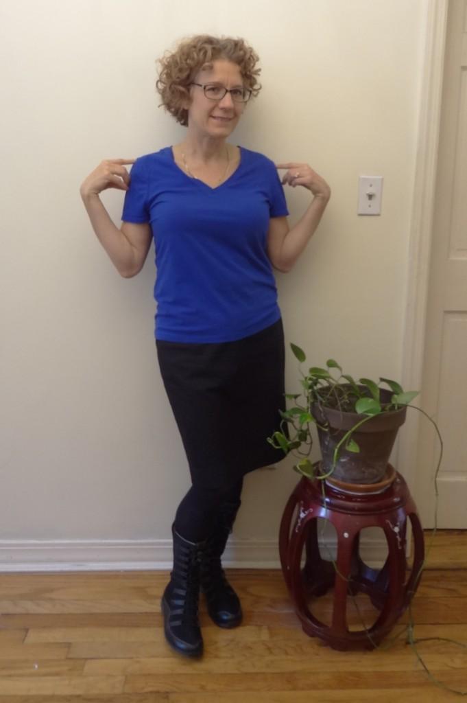 blue tee black skirt bungee boots